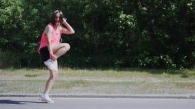 Mulher atrativa nova que executa a dança engraçada Menina caucasiano bonito que engana ao redor no parque Menina bonita que ri e  vídeos de arquivo