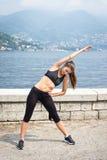Mulher atrativa nova que faz exercícios fora foto de stock royalty free