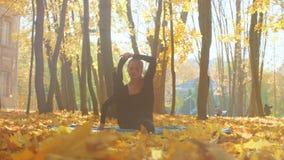 Mulher atrativa nova que faz o pranayama no parque vídeos de arquivo