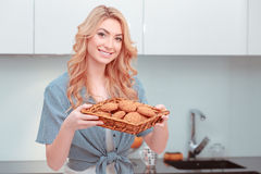 Mulher atrativa nova que faz a pastelaria home imagens de stock royalty free