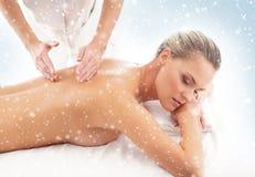 Mulher atrativa nova que obtém o tratamento dos termas na neve Foto de Stock
