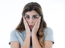 Mulher atrativa nova que olha assustado, amedrontada e chocada Expressões e emoções humanas imagens de stock