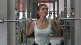 Mulher atrativa nova que trabalha duramente no gym vídeos de arquivo