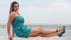 Mulher atrativa perto do oceano sobre Mulher bonita que sorri ao ar livre video estoque
