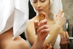 Mulher atrativa que aplica o parfume fotografia de stock