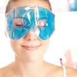 Mulher atrativa que aprecia a máscara de olho fotografia de stock