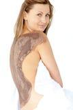 Mulher atrativa que aprecia um tratamento da pele da lama imagens de stock