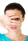 Mulher atrativa que cobre sua cara com a mão. Imagens de Stock
