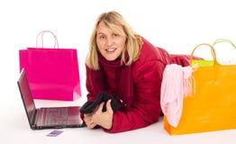 Mulher atrativa que compra sobre o Internet Fotografia de Stock Royalty Free