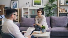 Mulher atrativa que fala ao terapeuta no escrit?rio que discute problemas pessoais vídeos de arquivo