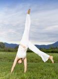Mulher atrativa que faz o cartwheel fotografia de stock