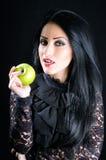 Mulher atrativa que guardara a maçã verde Fotos de Stock