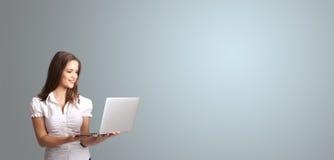 Mulher atrativa que guardara um portátil com espaço da cópia Imagens de Stock Royalty Free