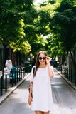 Mulher atrativa que levanta na câmera Uma menina nos óculos de sol está viajando foto de stock