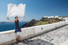 Mulher atrativa que levanta na frente marítima de Santorini Imagens de Stock