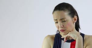 Mulher atrativa que mostra emoções - tristeza, ansiedade, desespero ou depressão video estoque