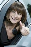 Mulher atrativa que mostra um sinal do sucesso Imagens de Stock Royalty Free