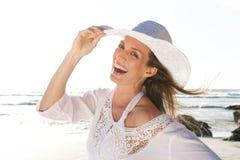 Mulher atrativa que ri com o chapéu na praia fotos de stock royalty free