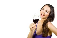 Mulher atrativa que ri e que bebe o vinho vermelho Foto de Stock