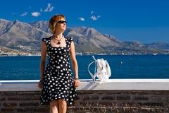 Mulher atrativa que senta-se na costa de mar de Gaeta Fotografia de Stock Royalty Free