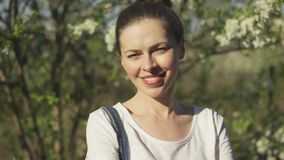 Mulher atrativa que sorri no parque filme