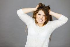 Mulher atrativa que tem a expressão frustrante irritada da cara fotografia de stock