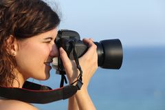 Mulher atrativa que toma uma fotografia com sua câmera imagens de stock