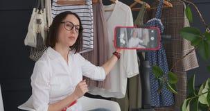 Mulher atrativa que vlogging sobre equipamentos novos de seu boutique filme