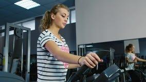 Mulher atrativa treinada no sorriso do gym video estoque