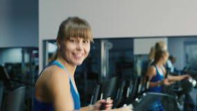 Mulher atrativa treinada no sorriso do gym filme