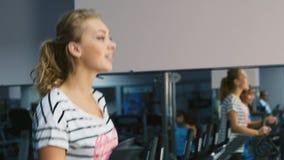 Mulher atrativa treinada no sorriso do gym vídeos de arquivo