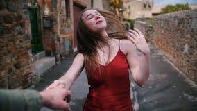 A mulher atrativa vai atrás da mão de um homem - siga-me video estoque