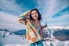 Mulher atrativa vestida no terno com snowboard foto de stock royalty free