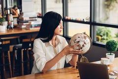 Mulher autônomo do estilo de vida tem o planeamento do curso depois que trabalho da extremidade Fotografia de Stock Royalty Free