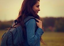 A mulher aventurosa backpacking feliz tem uma viagem de acampamento com azul imagens de stock