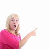 Mulher Awestruck que aponta ao copyspace em branco fotos de stock royalty free