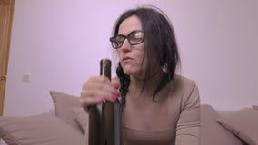 Mulher bêbeda com o frasco do vinho video estoque