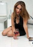 Mulher bêbeda em seu banheiro Fotos de Stock