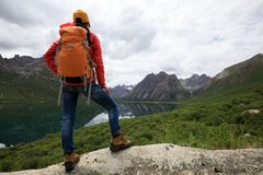 Mulher Backpacking que caminha nas montanhas imagens de stock
