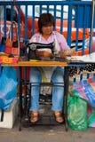 Mulher Banguecoque do alfaiate da rua em linha reta Foto de Stock Royalty Free