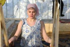 A mulher banha-se na água fria do gelo-furo no dia do esmagamento Rússia Fotos de Stock Royalty Free