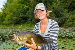Mulher Bass Fishing Largemouth Imagem de Stock Royalty Free