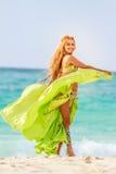 Mulher beautful nova no fundo tropical da árvore, imagens de stock royalty free