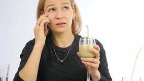 A mulher bebe o batido vegetal da desintoxicação Aptidão e conceito saudável do estilo de vida 4K vídeos de arquivo