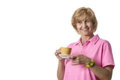 A mulher bebe o café e sorri Fotos de Stock