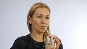 A mulher bebe o cocktail do vegetal e do fruto batido da desintoxicação, conceito saudável do estilo de vida Movimento lento filme