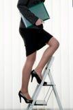 A mulher bem sucedida faz a escada da carreira Foto de Stock