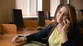 Mulher bem sucedida nova que fala no telefone celular video estoque