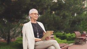 Mulher bem sucedida rica que senta-se na zona do resto no recurso de saúde Conceito do dever especial video estoque