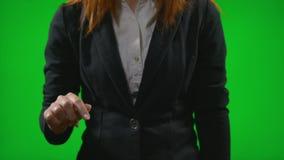 A mulher bem sucedida vestiu-se no terno do escritório que trabalha no conceito do painel da inteligência empresarial do negócio  video estoque